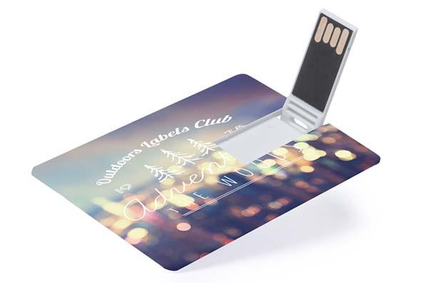 Tarjeta de crédito USB con la zona del chip abierta.