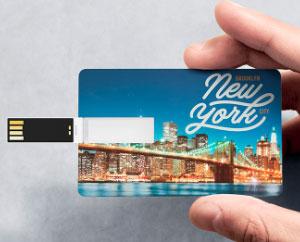 USB tarjeta, con forma y tamaño de tarjeta de crédito, personalizable en ambas caras a todo color.