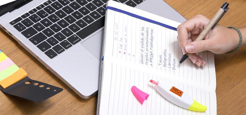 Merchandising personalizado de escritorio para empresas.